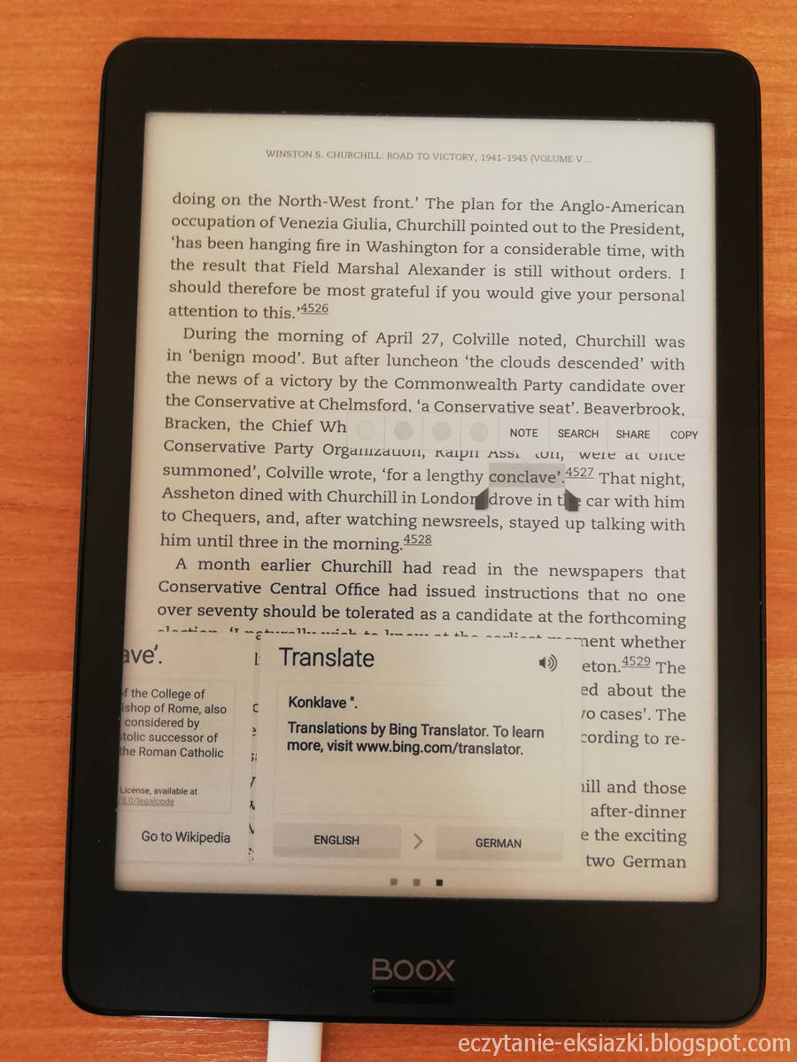Fragment tłumaczenia z Wikipedii oraz okno Tłumacza Bing w aplikacji Kindle na Onyx Boox Nova