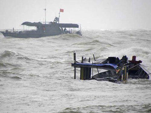 4 tàu cá Quảng Ngãi bị sóng đánh chìm trên đường tránh bão