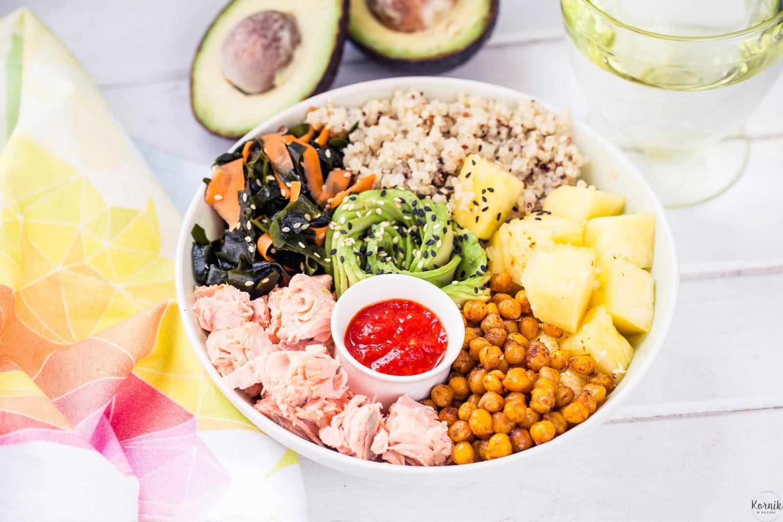 Buddha bowl - miska z łososiem, quinoa i ananasem