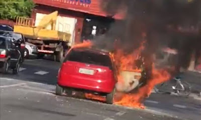Carro pega fogo no centro de Alagoinhas