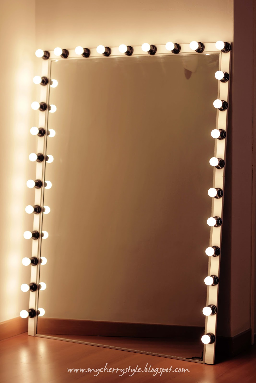 DIY Hollywood-style mirror with lights! Tutorial from ...