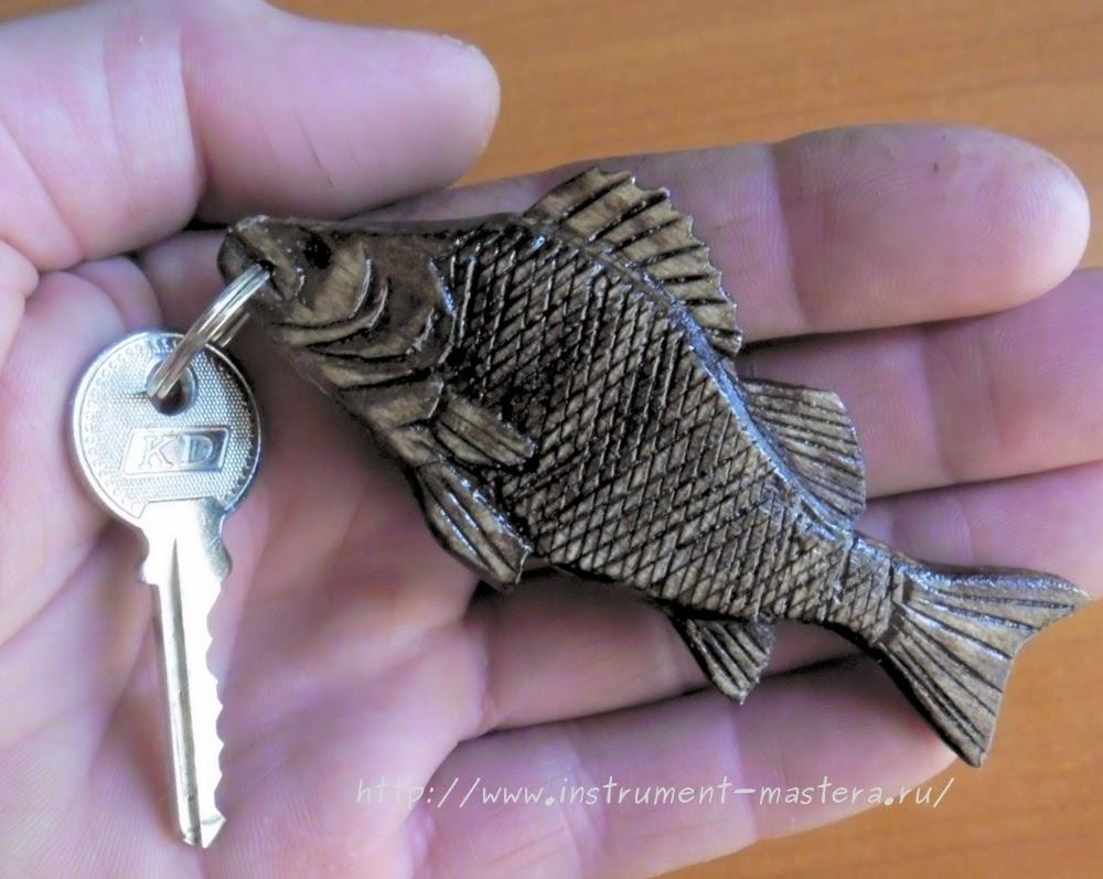 Деревянный брелок в виде рыбки