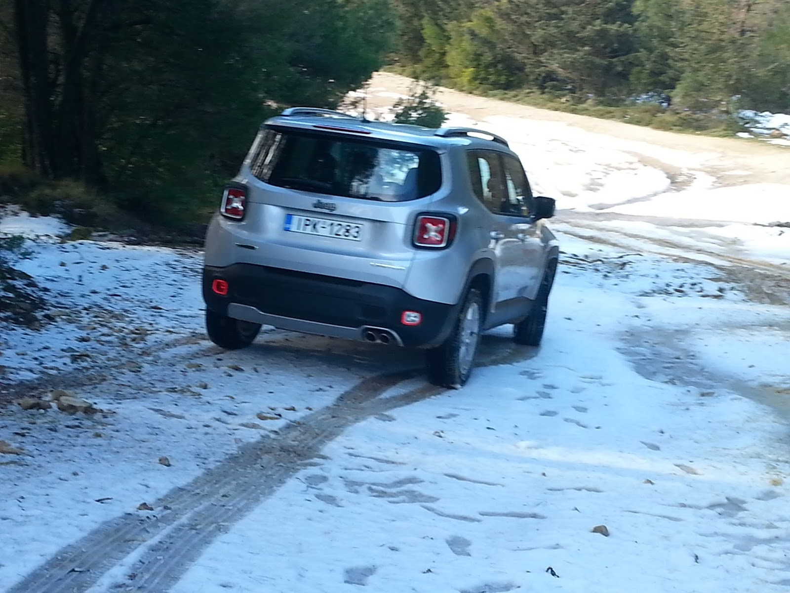 3 Ρίχνουμε ένα Jeep Renegade σε λάσπη, χιόνι, χώμα