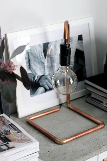 Lámpara hecha con tuberías de cobre