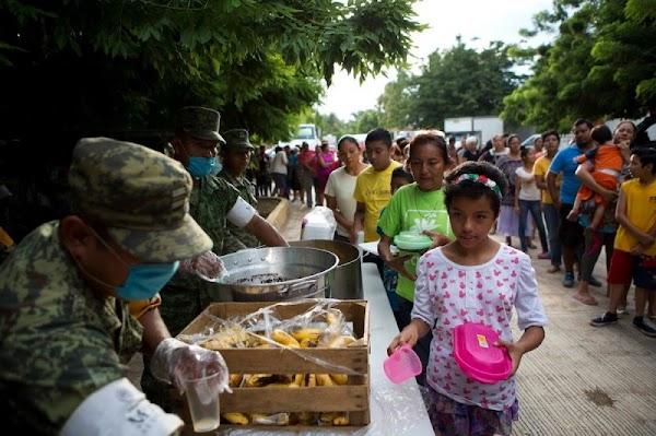 """Damnificados del sismo reciben despensas """"agusanadas"""" en Oaxaca"""