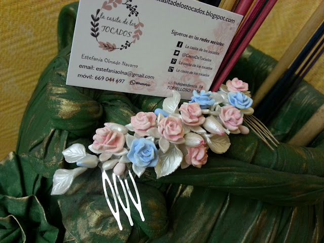 tocado artesanal para novia con rosas de porcelana y hojas pintadas a juego con el ramo