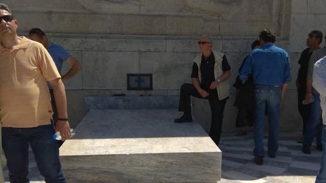 Ο μπαγάσας που χώρεσε ΟΛΗ την νεο-Ελλάδα σε μια φωτογραφία