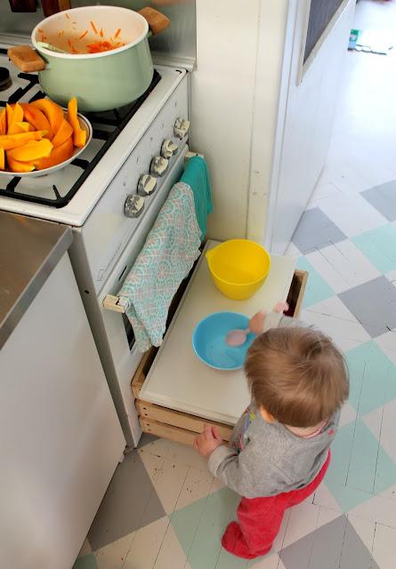 zabawy, zabawa, zabawy z niemowlakiem, dziecko, niemowlę, zabawa w kuchnię, gotowanie z dzieckiem