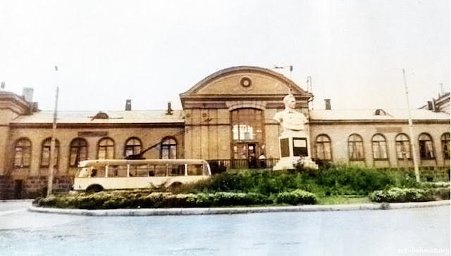 У железнодорожного вокзала