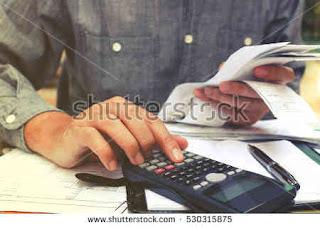 Inglês conferindo suas despesas mensais