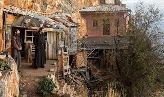 Οι ερημίτες μοναχοί που ζουν στην άκρη του γκρεμού στο Άγιο Όρος (Εικόνες)