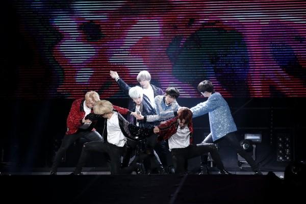 콘서트장에서 멋진 무대를 선보인 방탄소년단 [BIG HIT entertainment 제공]
