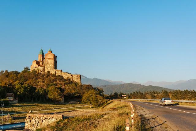 Вид на замок Гремми с дороги