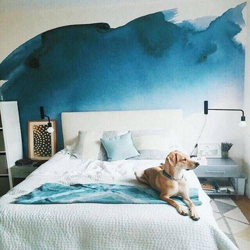 peinture bleue type encre de chine en tête de lit