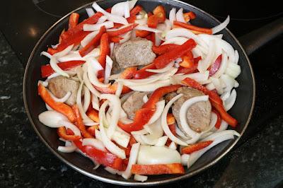 Preparación de solomillo ibérico con pimiento rojo y cebolla