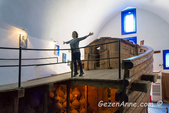 Sualtı arkeoloji müzesinde amforalar dolu bir batık gemi ve Titanik pozu yapan ben, Bodrum
