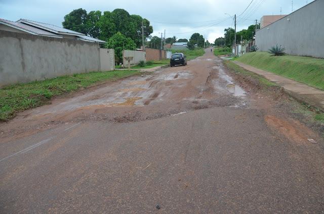 Buracos em rua do Bairro Jardim Clodoaldo geram transtornos a moradores em Cacoal