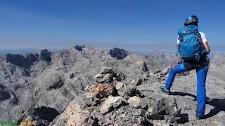En la cima de Pico de Santa Ana en los Picos de Europa
