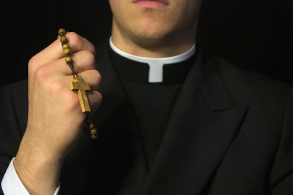 """Pastor promete sacar los """"espíritus malignos"""" y les termina sacando otra cosa.."""