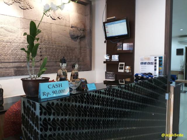 Meja penerima tamu di Garuda Executive Lounge