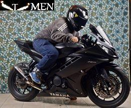 http://www.otomotifomen.com/2016/04/modifikasi-motor-yamaha-yzf-r15-Midnight-black.html
