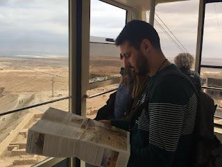 Yo leyendo el folleto de información que te dan mientras subimos en el funicular a Masada