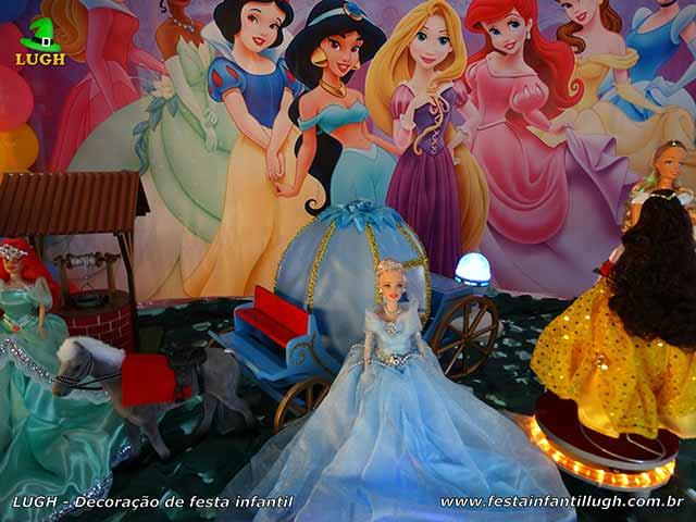 Mesa de festa de aniversário ornamentada com tema das Princesas