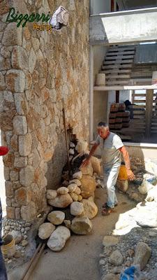 Dia 17 de setembro de 2016 na parte da manhã, Bizzarri trabalha na execução da cascata do lago de carpas com pedra do rio em jardim de inverno na sala de estar em residência em condomínio em Atibaia-SP, as paredes foram revestidas de pedra moledo.