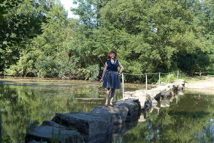 look rétro sur une rivière