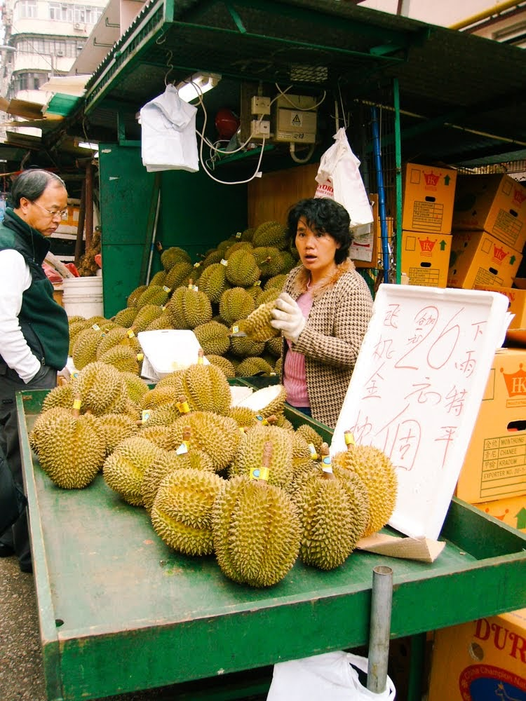I leave you with some pictures I took in Hong Kong and Macau in 2007, but  I'll spare you the one of a chubby FFID stuffing her face with a custard  tart.