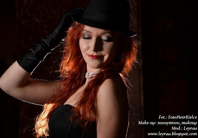 7.12.2016 Czarna piankowa rozkloszowana sukienka, czarne szpilki na platformie, czarny kapelusz, rękawiczki długie