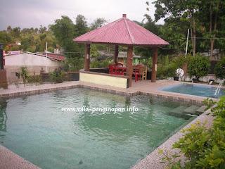 kolam renang air panas alam di halaman villa