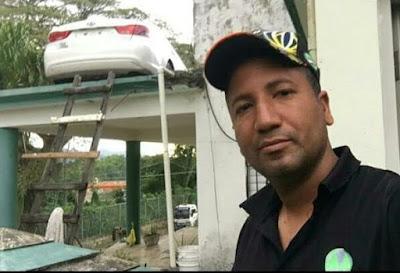 FOTO: Suben vehículo al techo de una vivienda para evitar que el banco se lo lleve