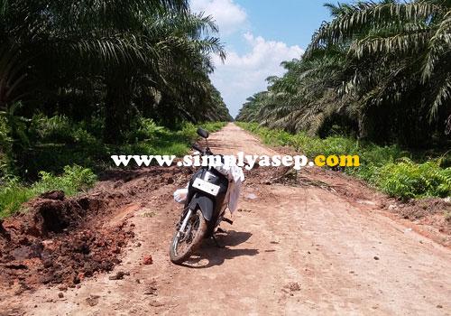 LUMPUR :  Motor harus hati hati melewati lumpur ini.  Jika tidak hati hati akan terperosok di dalamnya. Foto Asep Haryono