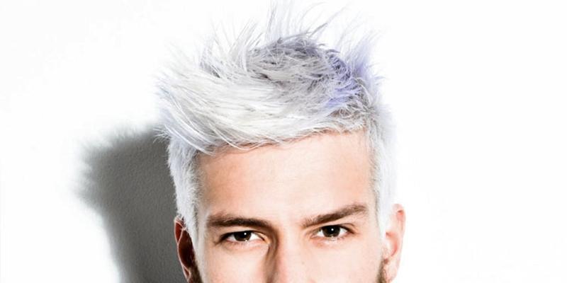 """1. Antes de você descolorir o cabelo, você precisa deixar ele sem lavar uns três dias mais ou menos. Muitas pessoas acham que não faz o mesmo efeito de descoloração, mas na verdade faz e ainda ajuda na questão da ardência. Quando o cabelo está sem lavar, o couro cabeludo acumula o óleo natural e isso vai fazer com que o seu couro não seja atingido de forma grave pelo descolorante, ajudando a não deixar arder ou arder bem menos do que se você tivesse com o couro cabeludo limpo.  2. O certo de se fazer é uma descoloração a cada 2 dias para conseguir que o seu cabelo vá se hidratando entre uma descoloração e outra para que no fim não fique emborrachado ou para não acontecer o famoso """"corte químico"""" que pode ser desde queda de cabelo até reação alérgica do couro cabeludo ou queimaduras no mesmo. No máximo faça duas descolorações no mesmo dia, nada mais que isso e espere três dias para fazer outra descoloração se o cabelo não chegou no tom que deseja.  3. Quando comprar a água oxigenada e o pó descolorante, opte por um pó descolorante azul e água oxigenada 30 ou 40 vol. De preferencia, que os dois sejam da mesma marca, isso é algo que deve ser levado em consideração já que cada marca tem uma quantidade certa para efetuar a mistura. Algumas sugerem a mistura de duas medidas de água oxigenada para uma de pó descolorante e outras sugerem uma medida de água oxigenada para uma de pó descolorante. Não deixe o produto no cabelo por mais de 40 minutos, isso é muito importante.  4. Divida seu cabelo em varias partes para que seja mais fácil efetuar a aplicação e use um pincel para facilitar esse procedimento. Repare bem se a mecha em que está passando o produto está com a mistura bem espalhada para que não fique nenhuma parte sem o produto, isso pode deixar algumas mechas com diferentes tons de outras e se você quer platinar, isso não pode acontecer.  5. Caso não tenha uma touca térmica (assim como eu não tenho), uma dica maravilhosa e que faz o mesmo efeito é: enrole papel alumí"""