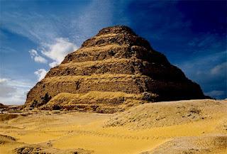 Aquí acaba esta historia, con la pirámide de Saqqara al fondo, la primera del mundo