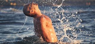 Θαλασσινό νερό. Δε φαντάζεστε πόσες ασθένειες ή παθήσεις θεραπεύει η κολύμβηση. Κάνει ακόμη και απολέπιση