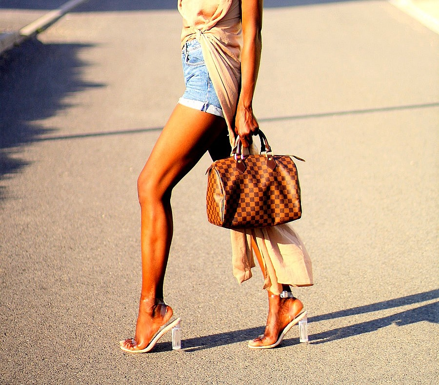short-en-jeans-talons-transparents-sac-speedy-louis-vuitton