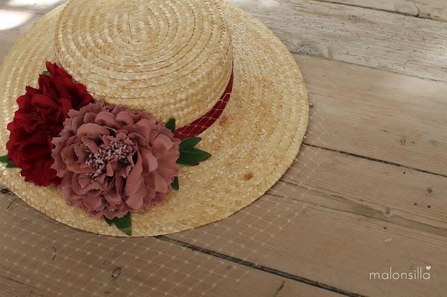 Sombrero de paja en color burdeos y rosa palo con flores y hojas verdes, tapafeas de marca malonsilla