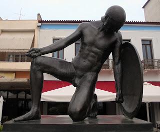 το μνημείο πεσόντων στη Σπάρτη