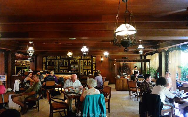 Suasana pagi di restoran, didominasi turis manca