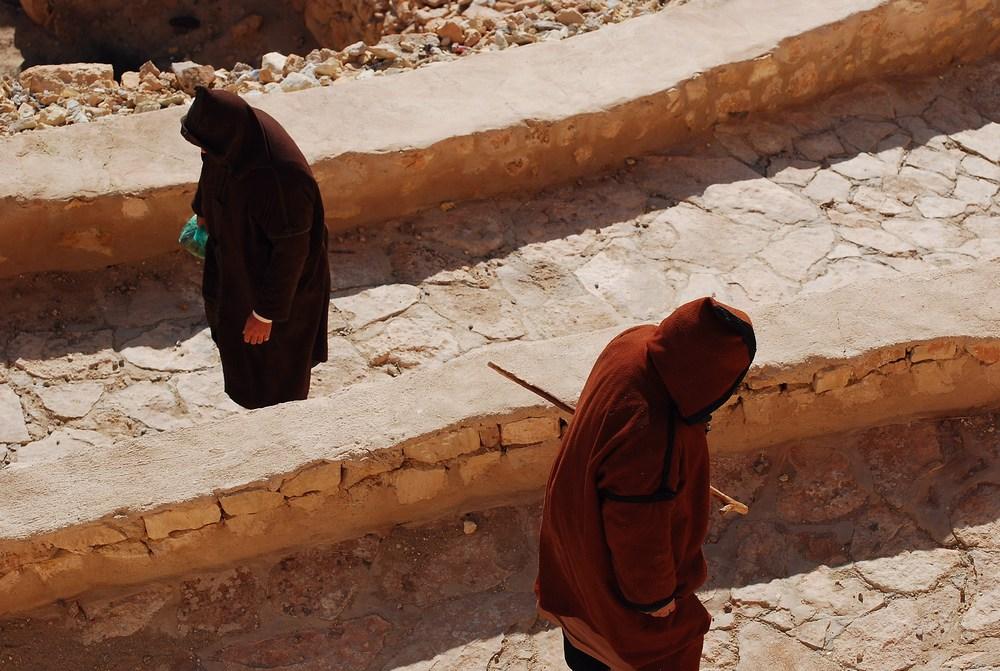 des berbères progressent dans la montée du village de Chenini