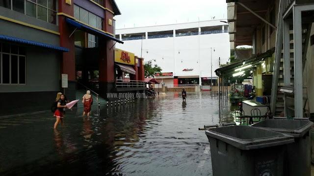 gambar banjir di Melaka mall Melaka.