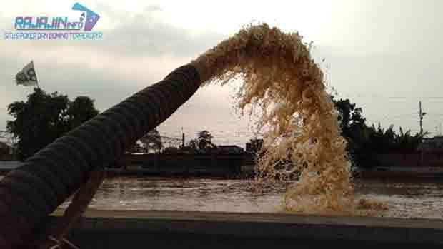 Mobil Pompa Dikumpulkan Untuk Menyedot Banjir Di Kampung Pulo