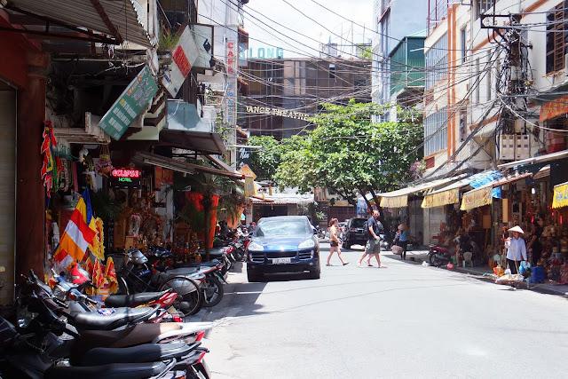 porsche-cayenne-withhanoi ハノイの街角とカイエン