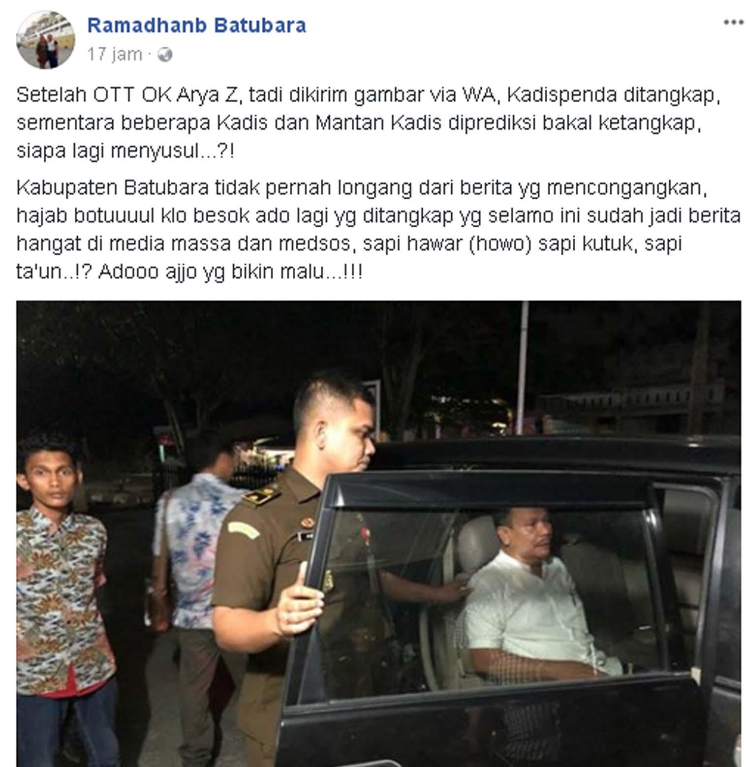 Kadis Penda Batubara Zulkifli (baju kemeja putih warna putih) saat dimasukkan ke dalam mobil oleh pihak kejaksaan.