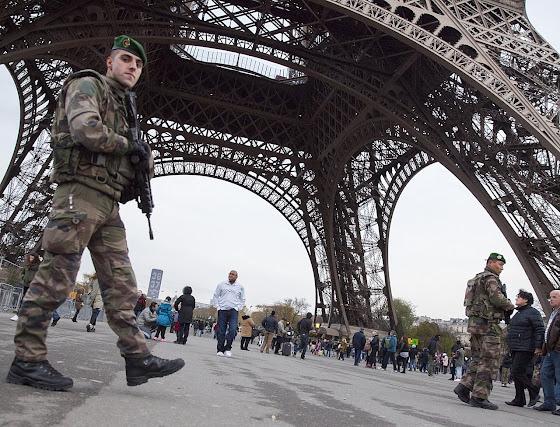 Embaixo da Tour Eiffel. Em Paris sob o terror não há ambiente para o carnaval anarco-ecológico das ONGs verdes.