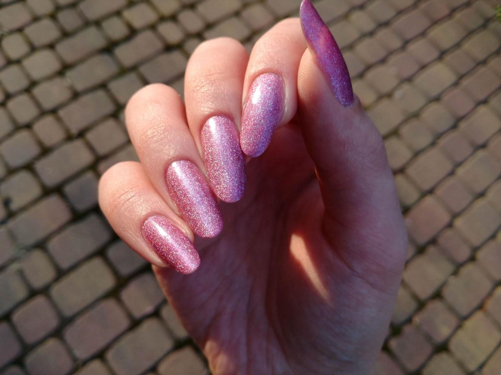 różowe paznokcie w słońcu