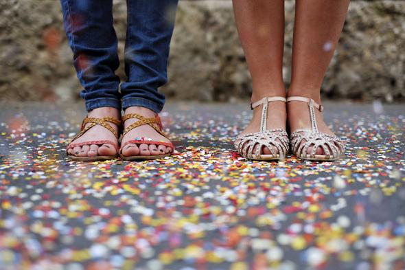 Fotografia di piedi di ragazze tra i coriandoli