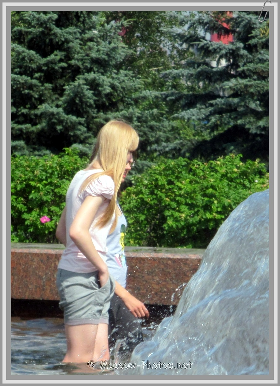 Moscow Girls in Fountain